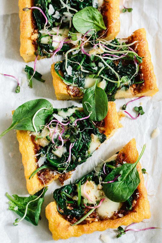 Mediterrane Tarte mit Polentaboden: Tomatenpesto und Spinat auf einem knusprigen Polentaboden.