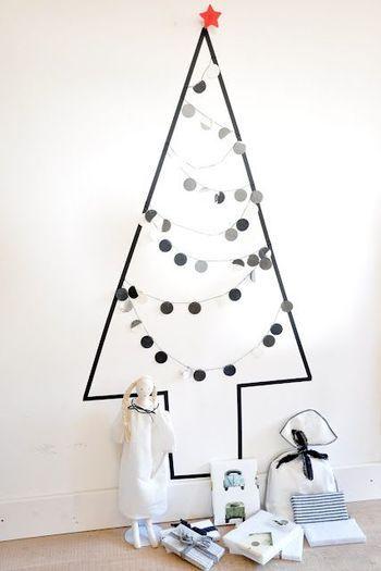 黒のテープをもみの木の形に貼って、丸いモチーフのオーナメントを飾るだけ!材料も最小限で、スグできちゃいます。お家の他のインテリアを邪魔しない、シックで大人向けのツリーですね。
