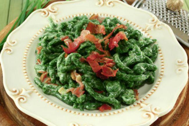 Gli spätzle di spinaci sono degli gnocchetti tipici tirolesi di forma irregolare  il cui impasto è composto da spinaci lessati, farina, uova e acqua (o a volte latte).