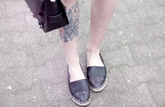 Black espadrilles worn by fashionblogger Cats & Dogs