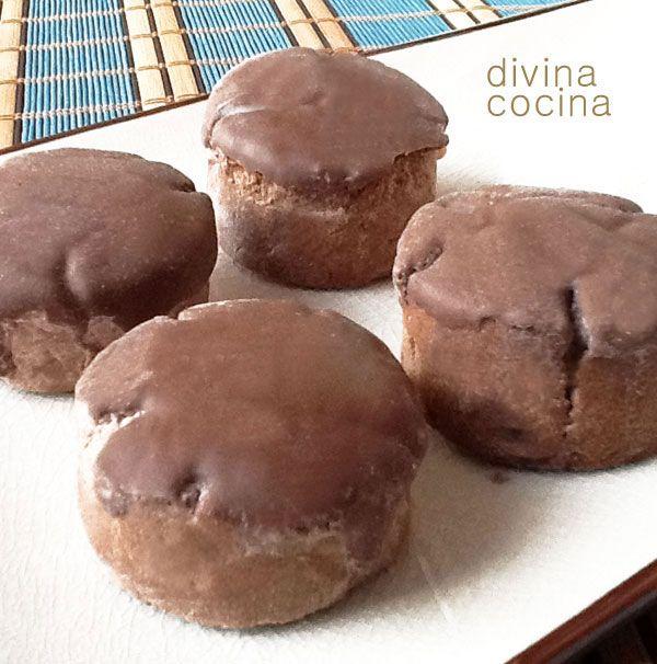 Estos mantecados de chocolate son muy fáciles de hacer. Puedes añadir a la cobertura de chocolate unas almendras crocantes por encima o sustituir la cobertura de chocolate por otro glaseado a tu gusto.
