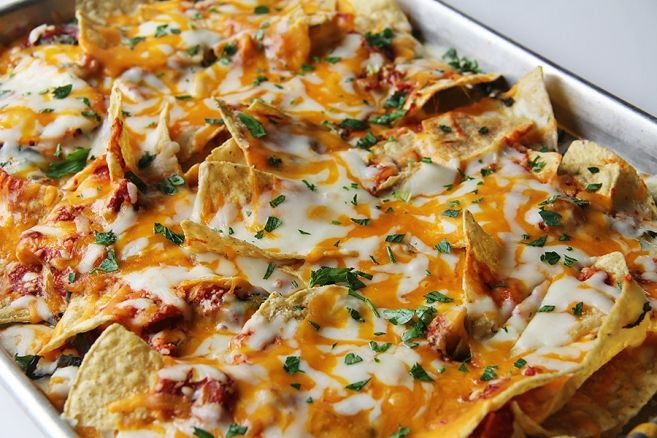 pizza nachos (perfect game day snack). The pinner also suggested a Mediterranean version with spinach, roasted peppers, sundried tomato, kalamata olives and feta cheese. Really pretty clever.
