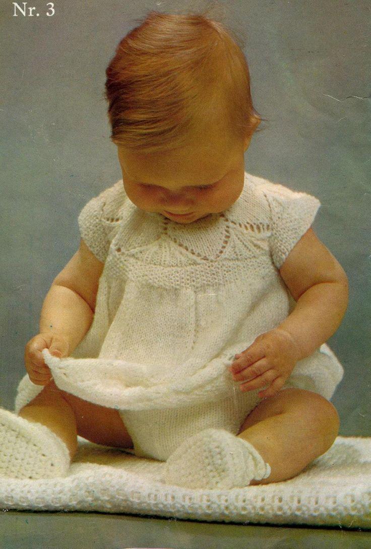 Oppskrift på babykjole.  Jeg har gjennom årenes løp fått meg en ganske storsamling avoppskrifter. Har de fleste babyheftene fra 70 og ...