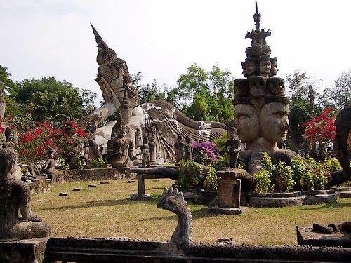 Pays d'Asie du Sud-Est, frontalier avec la Birmanie, la Chine, le Vietnam, le Cambodge et la Thaïlande, le Laos se découvre au fil des eaux du Mékong. Le troisième plus grand fleuve d'Asie, long de 4800 km, traverse en effet le pays du Nord au Sud. En suivant son cours, vous pourrez découvrir les principaux sites touristiques du 'royaume au million d'éléphants'. Voici trois étapes à ne manquer sous aucun prétexte. par Audrey