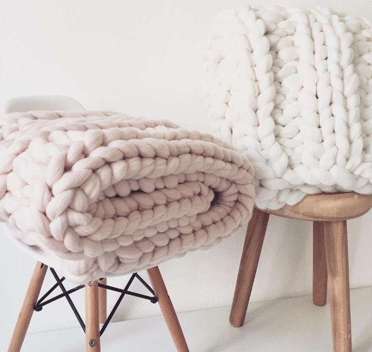 Plaid grosses mailles en laine 100% mérinos tricoté à la main.Dimensions : 60 x 120 cmDisponible en 5 colorisUsage délicat et nettoyage à sec conseillés
