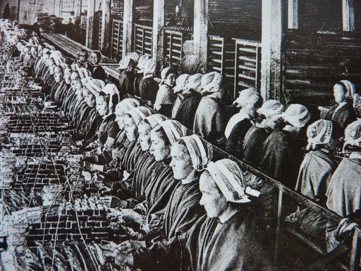 The canning In Douarnenez in 1902, 27 canneries employee Hundreds of women wearing the sardin penn.