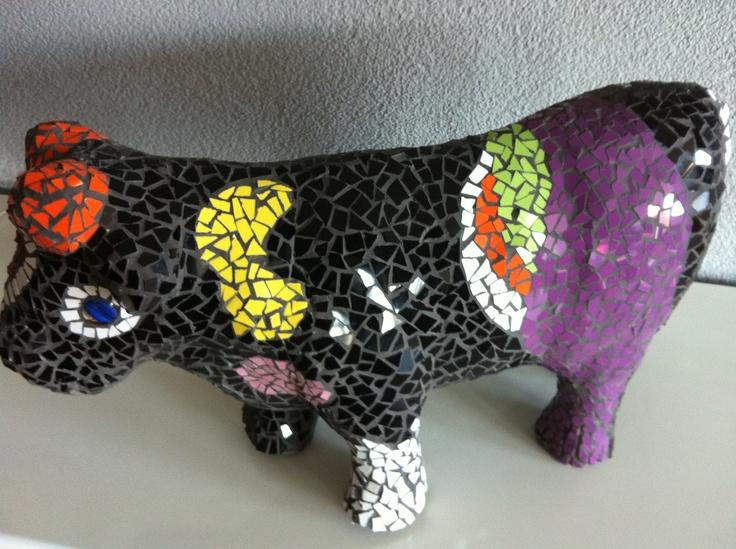 Een beplakte koe met mozaiek.