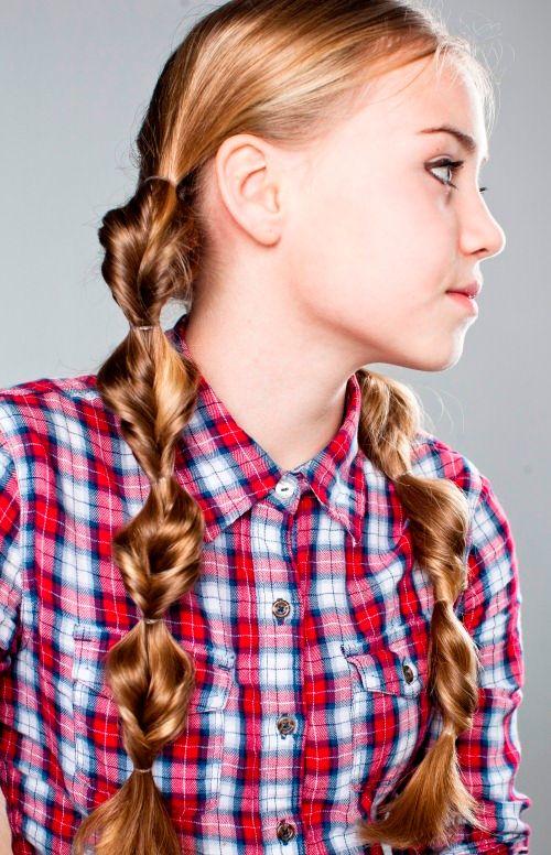 Сегодня будем учиться плести косу еще одним способом. Называется она твист . Детская прическа уникальна прежде всего тем, что ее легко сделать в домашних условиях. А выглядеть она будет очень оригинально и необычно. Коса твист отлично подходит и детям и ...
