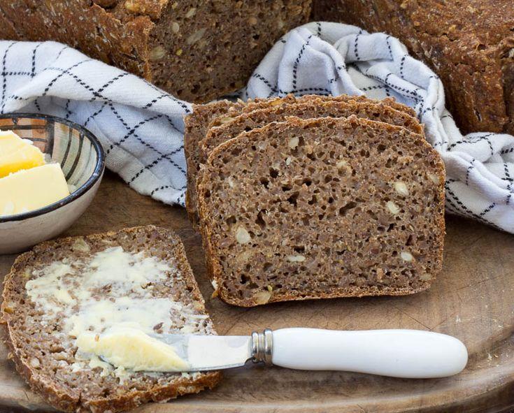 Saftigt softkernerugbrød bagt på surdej og helt uden gær. Få opskriften på det lækre og børnevenlige rugbrød her.