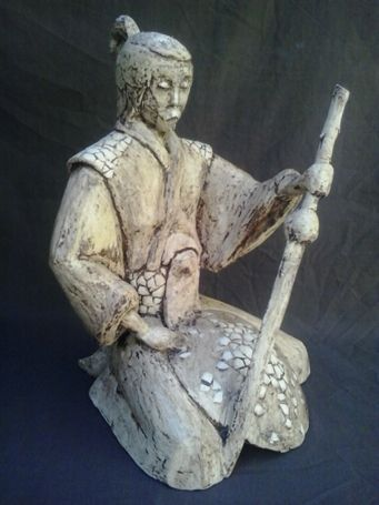 SAMURÁI Esqueleto de alambre cubierto con tela metálica y moldeado en yeso, efecto trecadís realizado con cáscara de huevo, base pintada en beige suave, pátina de envejecido, pátina efecto porcelana y acabado barniz mate resistente.