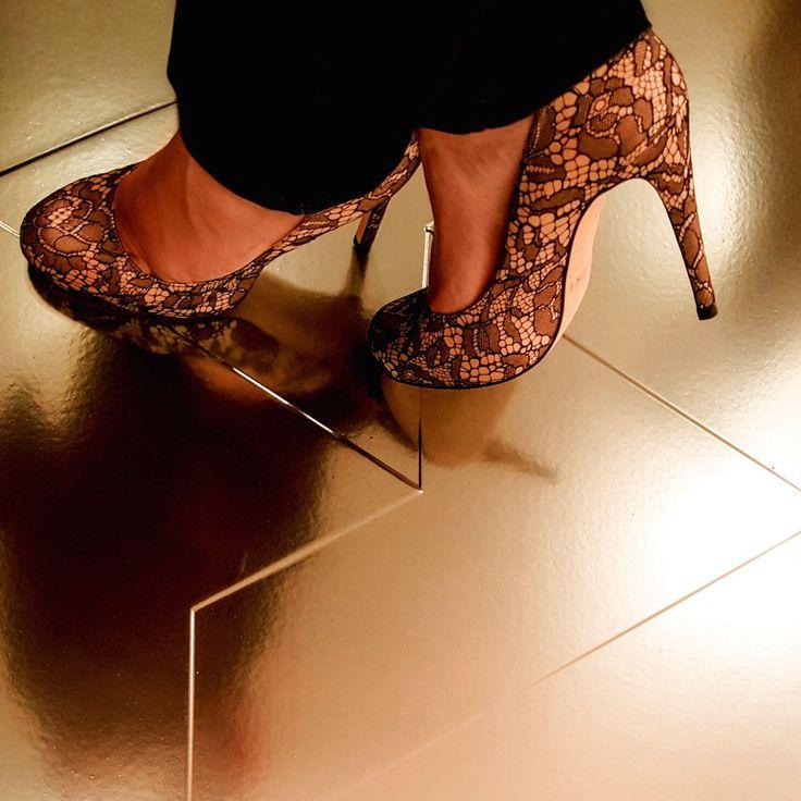 Che belle queste scarpe! E che stile la lastra Fractile color oro! Questo #selfeet è davvero molto elegante.