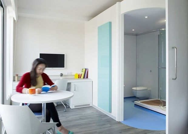 DORMITORIO de 12,5m2 para estudantes londrinos com uma mini cozinha, espaço de studos e banheiro. Estudio AB ROGERS + DA Studios de Ernesto Bartolini.