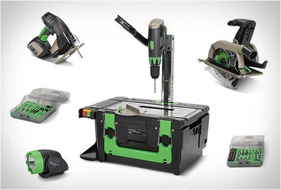 CAIXA DE FERRAMENTAS POWER8 WORKSHOP  Esta caixa de ferramentas Power8 Workshop você tem que comprar se é daqueles que faz tudo em casa. É um conjunto de ferramentas, compacta e portátil que inclui quatro ferramentas eléctricas sem fios, tais como: serra circular, lanterna, broca separada e um quebra-cabeças.