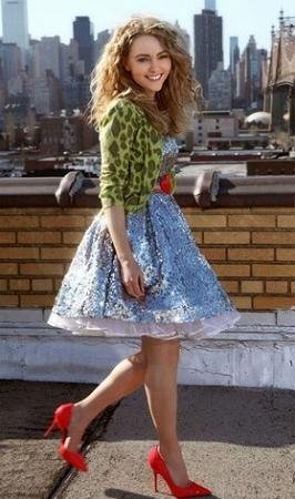 "First image of AnnaSophia Robb as a Carrie Bradshaw in""The Carrie Diaries"".  I love this eighties outfit!!!."