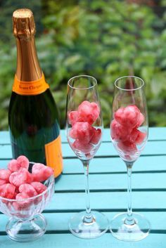 Corazones de fresa congelados y champan