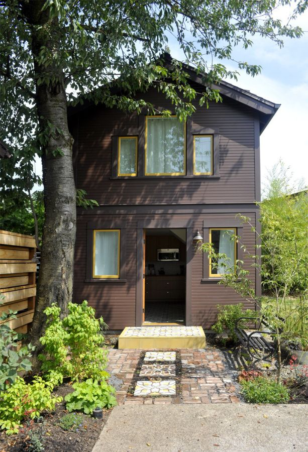 This tiny 2-storey guest cottage has one bedroom in 342 sq ft. | www.facebook.com/SmallHouseBliss / The Green Life <3