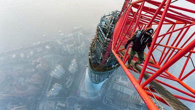 Ini adalah aksi heboh dua pria asal Rusia, Vadim Makhorov dan Vitaliy Raskalov. Awal tahun 2014, mereka memanjat Shanghai Tower yang sedang dalam proses konstruksi dan mencapai ketinggian 630 meter. (istimewa/sbs)