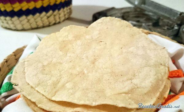 Aprende a preparar tortillas mexicanas de maíz con esta rica y fácil receta.  La tortilla de maíz es un alimento típico de las gastronomía Mexicana que se consume...