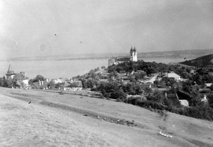 1928 Tihany, Tihanyi Bencés Apátság az Attila dombról, fotó © Fortepan