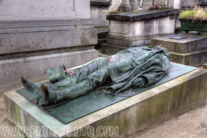 Париж, Кладбище Пер-Лашез Виктор Нуар, французский журналист, был застрелен принцем Пьером Бонапартом