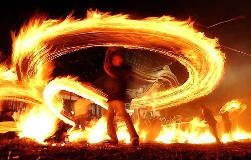 http://ko.wikipedia.org/wiki/%EC%A5%90%EB%B6%88%EB%86%80%EC%9D%B4 - 쥐불놀이 (쥐불놓이). Ghee-Bul-No-Ri. Korean traditional play on January 1st in lunar caldendar