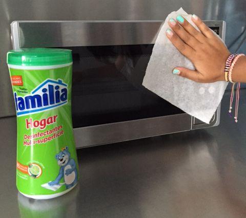 Con las Toallas Húmedas Familia® Hogar Desinfectantes Multi-superficies, elimina el 99% de las bacterias en tus electrodomésticos.