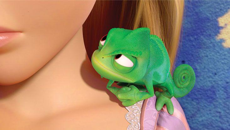 PASCAL (Raiponce) - Le véritable et unique ami de Raiponce, c'est son caméléon silencieux, PASCAL. Malgré sa petite taille, Pascal joue un rôle important dans la vie de Raiponce. Confident, coach et supporteur à la fois, Pascal encourage Raiponce à quitter sa tour solitaire. Et si les véritables couleurs de ce précieux compagnon étaient les clés d'un mystère royal ? Raiponce est disponible en Blu-ray et DVD Disney. - © Disney