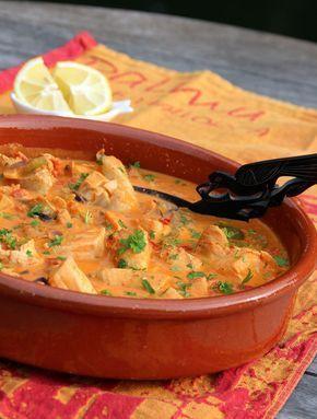 Zarzuela! Vispotje met kabeljauw, zalm, uien, tomaat, visbouillon, Spaanse peper, knoflook, paprika, citroensap en peterselie. Lekker met rijst of goed brood. Naar een idee uit de Delicious van juni 2013------------------------------------->Que aproveche!