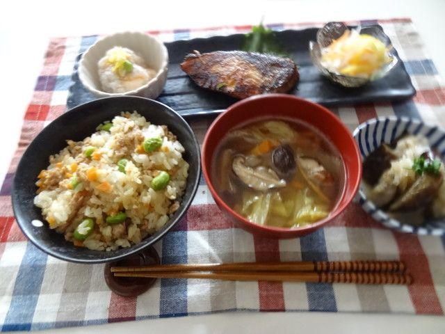 とりひき肉の混ぜご飯×ぶりの塩焼き
