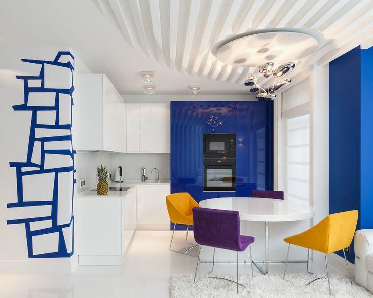 Яркая кухня с графикой на стене