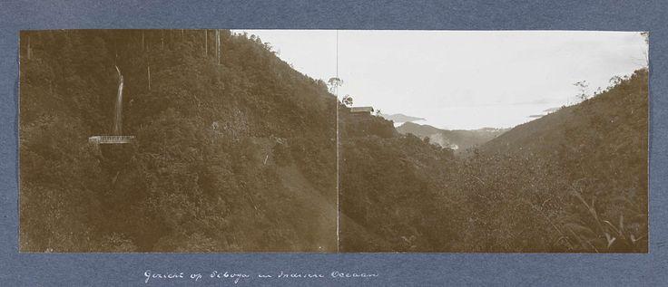Anonymous | Gezicht op Siboga met op de achtergrond de Indische Oceaan, Anonymous, c. 1900 - c. 1920 | Panoramafoto bestaande uit twee afdrukken.