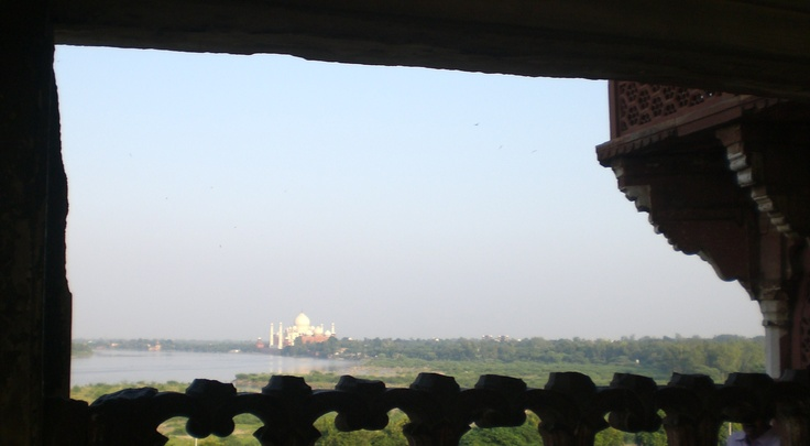 Agra, una mirada del Taj Mahal desde el Fuerte Rojo, arquitectura persa con elementos hindu, musulmanes.