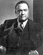 J Edgar Hoover, et à droite avec Clyde Tolson, celui qui fut sans doute son compagnon. J. Edgar Hoover était un mulâtre à la peau très claire, qui se faisait passer pour un blanc. Celui qui combattu avec une rare férocité touts les mouvements d'émancipation...