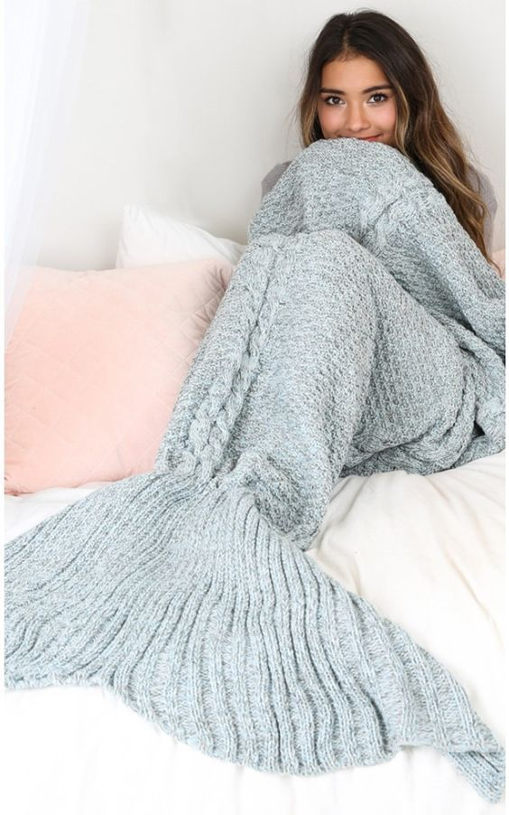 Comfy & cute mermaid tail blanket - perfect for keeping your legs warm without having to crawl back to bed. cold weather must.have / great gift! #christmas / winter gifts for her / woman / girls / women
