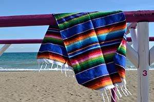 Mexicaanse serape deken op het strand