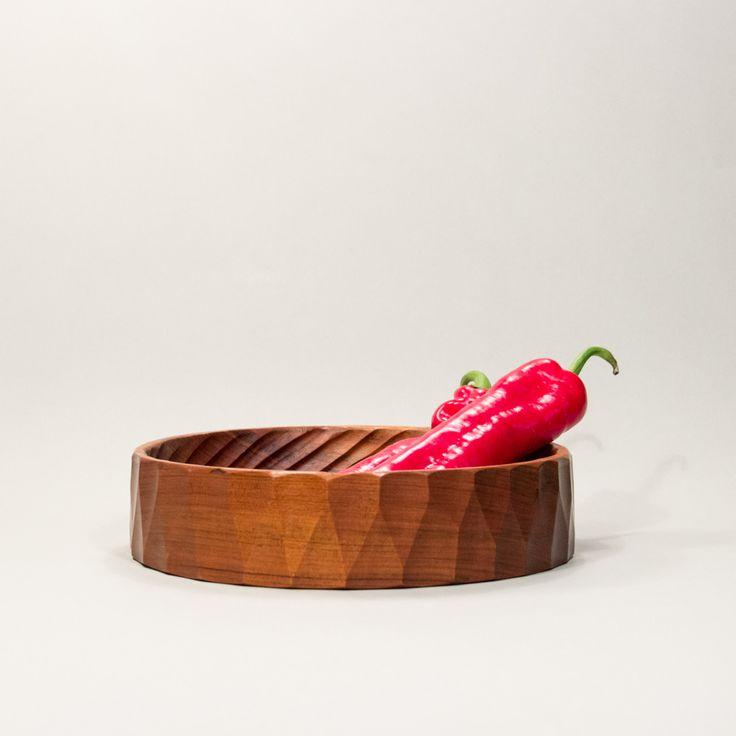 Niezwykłej urody solidna misa z drewna. #vintage #vintagefinds #vintageshop #forsale #design #midcentury #midcenturymodern #kitchen #wooden #bowl