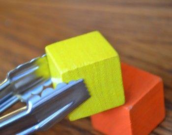 5 activités de motricité fine qui préparent au découpage avec des ciseaux.