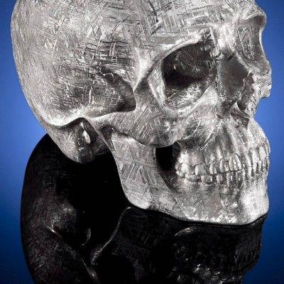L'artiste Lee Downey, connu pour ses sculptures dans des matériaux originaux et inédits, vient de réaliser une crâne humain sculpté dans une météorite Gabaon.  Cette météorite s'est écrasée dans le désert du Kalahari en Namibie il y a mille ans. Une fois sculptée et passée à l'acide les sublimes cristallisations de la météorite apparaissent et transforment ce crâne en une véritable oeuvre d'art. Le crâne a été choisi par l'artiste pour symboliser la mort, l'éternité, l'immortalité, la...