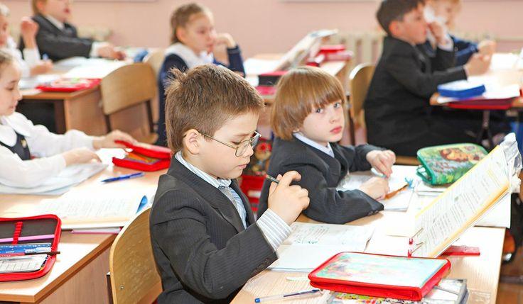 Ev ödevleri için disiplin şart! Okul çağında çocuğu olan ailelerin zorlandığı konulardan birisi de çocuklarına evde ders çalışma ve ödev yapma disiplinini oluşturmaktır. Çocuk okula başladığı andan itibaren ders çalışma ve ödev yapma disiplini oluşturmaya yönelik hareket etmek hem çocuğun başarısını olumlu yönde etkileyecek hem de ailelerin bu konuda rahat olmalarını sağlayacaktır. #disiplin #evödevleri #ailededisiplin #eğitim #ödevler…