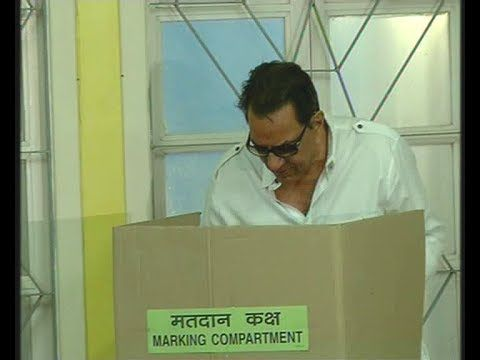 Dharmendra casts his vote for 2014 Lok Sabha Elections.