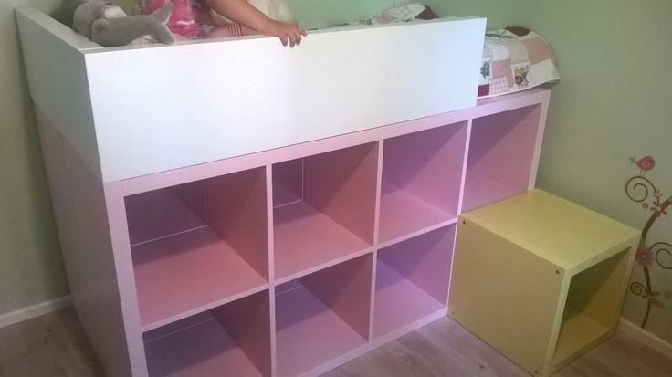 Matériel : – 2 x KALLAX, bibliothèque rose – 2 x LACK, étagère blanc – 1 x BRÄKIG 2014, cube jaune – 1 x VYSSA VACKERT, matelas – Mastic Colle Sikaflex Pro – Lot de 2 serre-joints Description : L'idée était de fabriquer un lit peu plus haut qu'un lit classique (parce que les enfants adorent), et qui avait également le rôle de bibliothèque (pour le rangement). Notre fille est âgée de deux ans et la taille du lit est optimisée pour cela. Nous avons donc étudié les différents produits IKEA…
