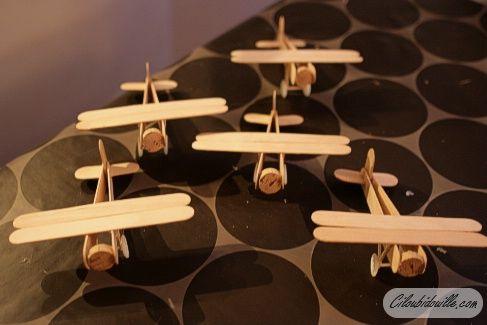 Faire de petits avions pour un mobile sur le thème de l'air (avec les montgolfières ?)