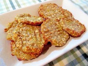 「材料2つ!バナナとオートミールのクッキー♪」世界でいちばん簡単なクッキー♪♪小麦粉や卵は使いません。【楽天レシピ】  作り方 1  バナナは皮をむいて1cm幅くらいに切り、耐熱容器に入れて600wのレンジで1分30秒チン。 2  取り出して熱いうちにフォークの背で潰します。ドロッとした感じになります。 3  オートミールを加え、フォークで混ぜます。あっという間に生地の完成。 4  水で濡らした手で生地をちぎって丸めて平らにして、クッキングシートを敷いたトースター用の天板の上に並べます。 今回はフォークの背で生地の表面にギザギザ模様を付けてみました♪ 5  温めておいたトースターで13~14分くらい焼いたら完成です♪ 焼き立てはもっちり食感、冷めてからはザクザク食感です。