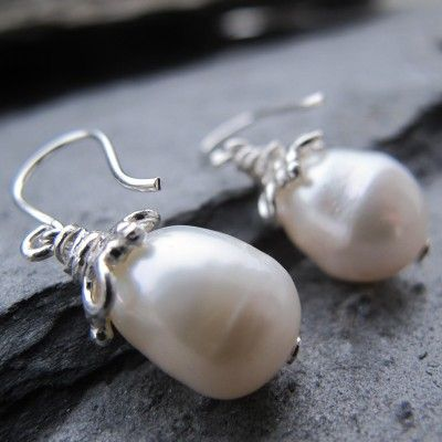 perlaprincipessa - Ohrringe aus weissen Süsswasserperlen, Kappen aus hellem Silber.