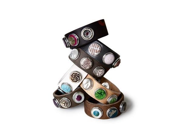 Noosa Amsterdam - Armband     Noosa leren armband. Op een armband zitten drukkers en daar kunnen 3 chunks op worden bevestigd naar eigen creativiteit. Deze armband is van natuurlijk gelooid leer van een superieure kwaliteit en wordt steeds mooier door het dragen.