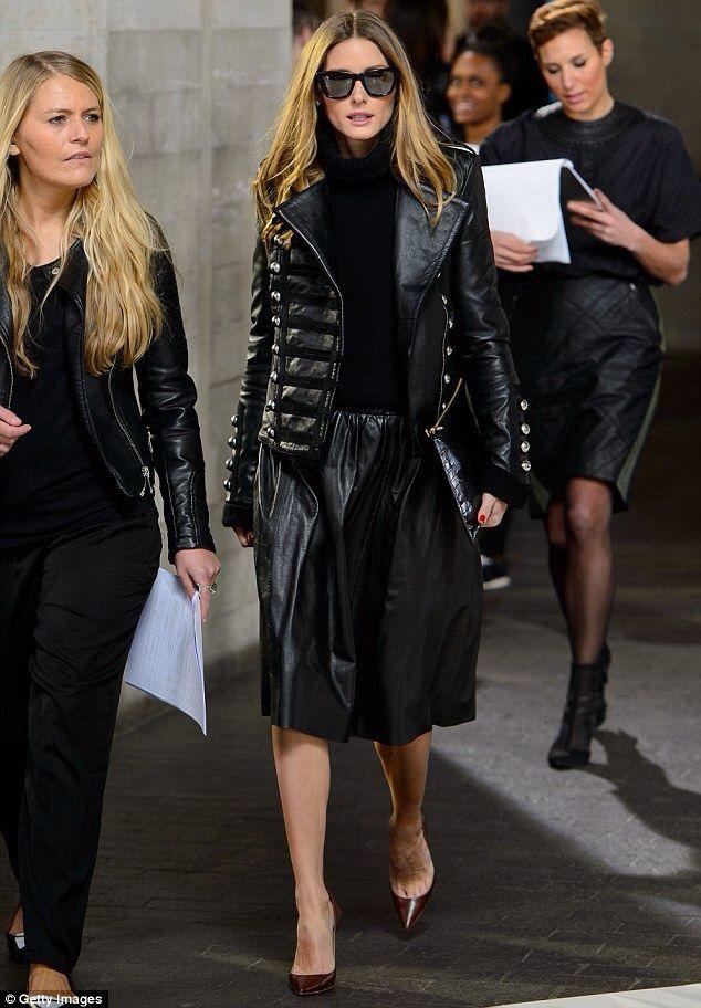 Olivia Palermo trägt schwarze gesteppte Leder Bikerjacke, schwarzer Rollkragenpullover, schwarzer Falten Midi