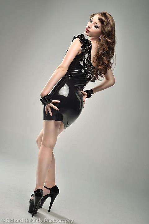 Schwarzes Rüschen-Kleid mit Swarovski-Kristallen, Latex