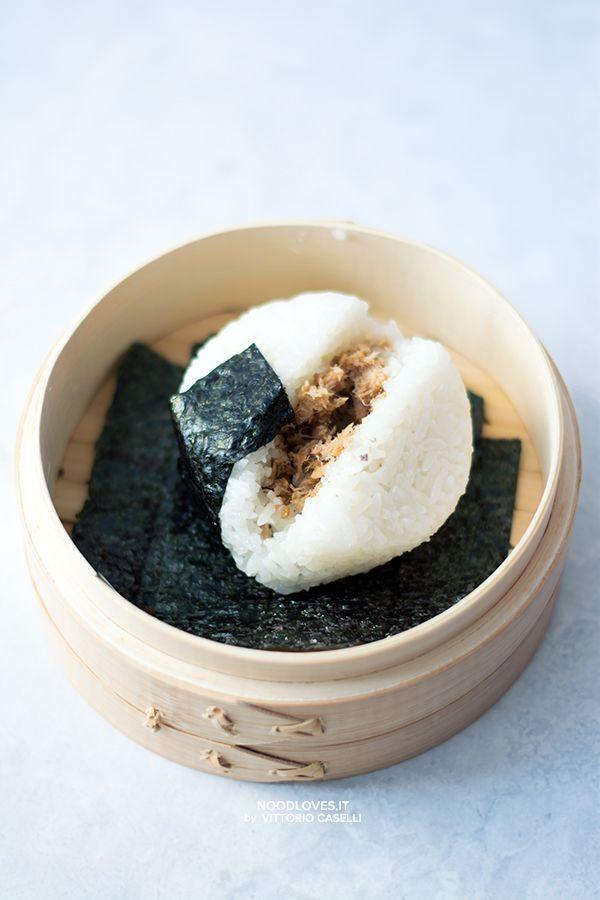 Onigiri al tonno piccante: buoni e compatti come al ristorante! ...e la ricetta facile per preparare il riso da sushi  Trovate tutto su http://noodloves.it/onigiri-tonno-piccante/  #Onigiri #Sushi #Riso #RicettaFacile #Tonno #Japan #ILoveSushi