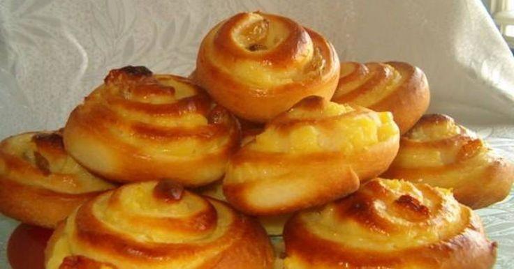 Εξαιρετική συνταγή για Γλυκά ψωμάκια 'Σαλιγκάρια'. Αφράτα, γλυκά ψωμάκια με κρέμα βανίλιας και σταφίδες.