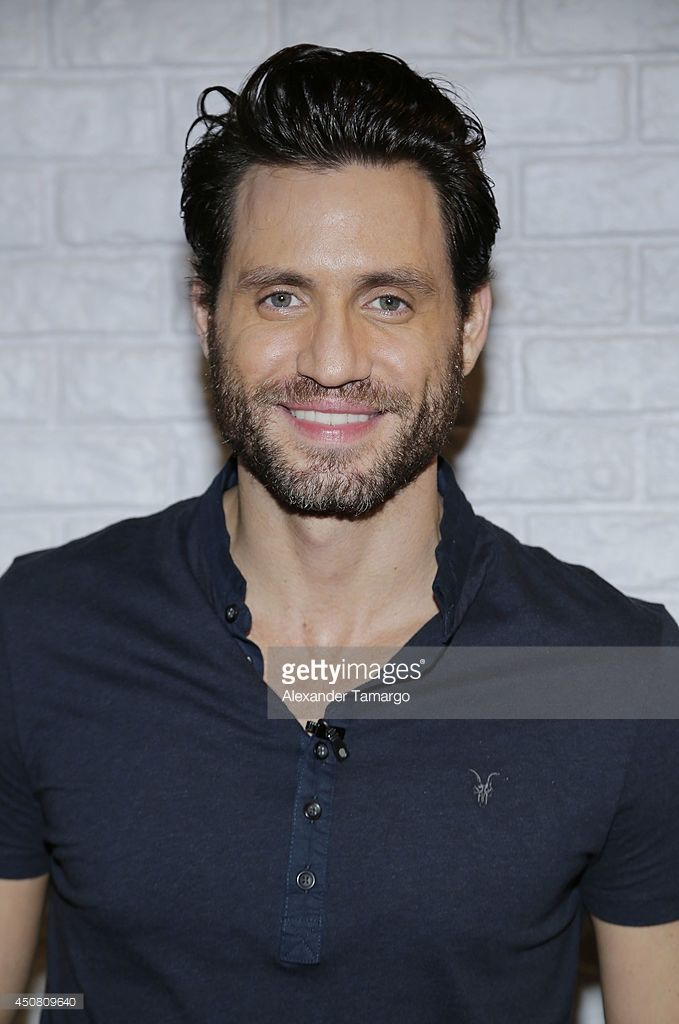 edgar-ramirez-is-seen-on-the-set-of-despierta-america-at-univision-picture-id450809640 (679×1024)